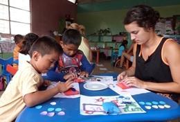 Im Kindergarten kannst du den Kindern als Freiwillige/r im Schulferien - Special Sozialarbeit & Community Work auf den Galapagos - Inseln spielerisch Lernstoff beibringen.