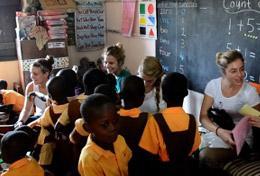 Lernstunde in einer Kindertagesstätte in Ghana, wo du dich als Schüler/in in deinen Schulferien mit Freiwilligenarbeit einsetzen kannst.