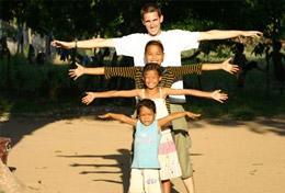 Wie groß sie schon sind, testen die Kids einer Kindertagesstätte zusammen mit unserem Freiwilligen aus dem Schulferien - Special Sozialarbeit in Kambodscha.
