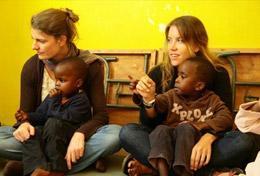 Zwei Schülerinnen bei ihrer Freiwilligenarbeit in einem Kindergarten in Kenia, wo sie ihre Schulferien verbringen.