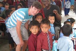Ein Freiwilliger engagiert sich in seinen Schulferien für die Kinder in einem Integrationskindergarten in Kathmandu.