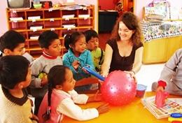 In einer Kindertagesstätte spielen die Kinder ein Spiel mit unserer Freiwilligen, die sich in ihren Schulferien in der Einrichtung engagiert.