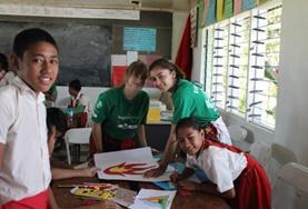 Blick in ein Klassenzimmer auf Samoa, Fidschis Nachbarstaat, wo du in deinen Ferien einen Freiwilligendienst absolvieren kannst.
