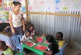 Eine Freiwillige beobachtet eine Bastelübung in einer Kindertagesstätte in Kapstadt, wo sie in ihren Ferien zusammen mit Schülern aus der ganzen Welt einen Freiwilligendienst leistet.