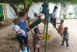 Auf dem Spielplatz einer Kindertagesstätte im Lomé, Togo beaufsichtigt unsere Freiwillige die spielenden Kinder.