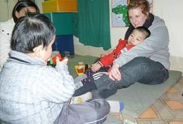 Unsere Freiwilligen zeigen Kids im Kindergarten in Hanoi ein paar Sportübungen für ihre Balance.