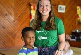 Unsere Freiwillige im Sozialarbeits - Projekt mit Kindern in einem Gemeindezentrum, in dem sie sich im Rahmen ihrer Freiwilligenarbeit ehrenamtlich engagiert.