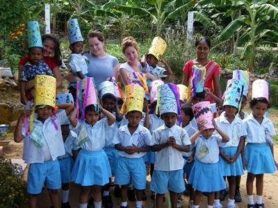 Freiwillige und die Kinder in ihrem Projekt auf SriLanka