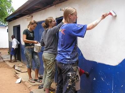 Freiwillige im Schulferien - Special helfen in Ghana bei Renovierungsarbeiten