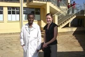 Eine Freiwillige kümmert sich um ein Kleinkind während ihres Freiwilligeneinsatzes im Bereich Sozialarbeit in Äthiopien.