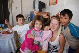 Eine Freiwillige zusammen mit Kindern in einer unserer Partner - Kitas in Argentinien, wo das Sozialarbeits - Projekt stattfindet.