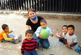 In deinem Freiwilligendienst in der Kita in Belize förderst du Kinder spielerisch, damit sie auf die Schulzeit besser vorbereitet sind.
