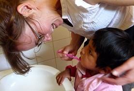 Tägliches Zähneputzen für gesunde Zähne ist wichtiges Alltagswissen, dass du den Kids während deines Freiwilligendienstes in Bolivien vermitteln kannst.