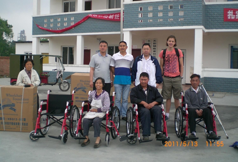 Ein Freiwilliger bastelt zusammen mit den Kindern im Sozialarbeits - Projekt in China.