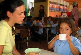 Als Freiwillige/r im Sozialarbeits - Projekt in Costa Rica betreust die Kinder in ihrem Alltag in der Kita und hilfst ihnen auch beim Mittagessen.