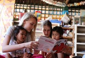 Lies den Kids in unserer Partnereinrichtung in Kambodscha als Freiwillige/r im Sozialarbeits - Projekt etwas vor, erzähle ihnen Geschichten und kümmere dich um sie.