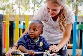 Natürlich sorgst du in einem Freiwilligendienst in einer Kita in Kenia auch für jede Menge Spiel und Vergnügen der Kids.