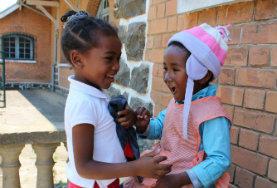 Leiste in Andasibe auf Madagaskar Freiwilligenarbeit in unserem Sozialarbeits - Projekt und kümmere dich um Kinder in Kitas vor Ort.