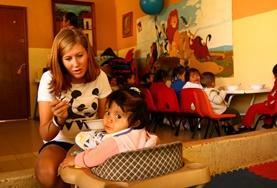 Ein Teil deiner Freiwilligenarbeit wird das Füttern der kleineren Kinder im Sozialarbeits - Projekt sein.