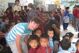 Ein Freiwilliger betreut während seines Freiwilligendienstes in Nepal eine Gruppe kleiner Jungen während einer Elternveranstaltung in der Kita.