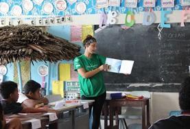 Bringe den Kindern im Zentrum in Samoa während deines Freiwilligendienstes spielerisch etwas bei.