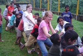 In deinem Freiwilligendienst in Sri Lanka förderst du die Kinder spielerisch und malst und bastelst mit ihnen.