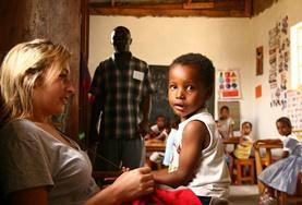 Mit deiner Freiwilligenarbeit in Tansania kannst du Kinder individuell fördern und ihnen grundlegendes Wissen für ihre Schullaufbahn vermitteln.