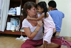 Eine Freiwillige gibt Bastelmaterialien aus in ihrem Freiwilligendienst in einer Kindertagesstätte in Thailand.