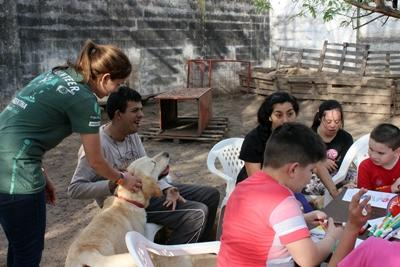 Eine Freiwillige hilft bei einer Therapiestunde mit Hunden in Argentinien