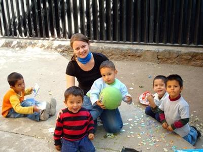 Einheimische Kinder haben Spaß beim Spielen mit Freiwilligen von Projects Abroad in Belize