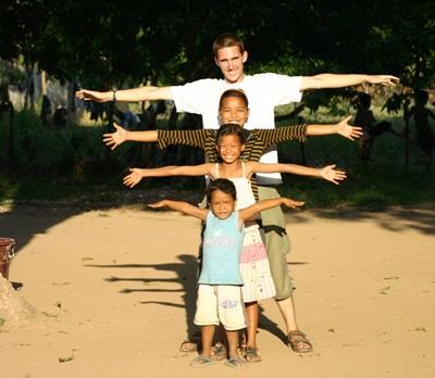 Freiwilliger mit Kindern  in Kambodscha