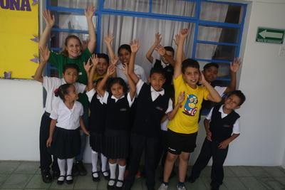 Eine Freiwillige mit ihrer Kitagruppe in Guadalajara, Mexiko