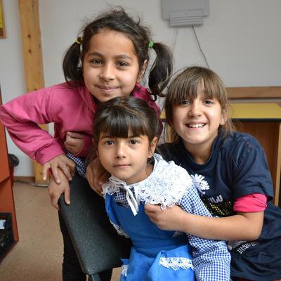 In unserem Sozialarbeits-Projekt in Rumänien warten drei Mädchen morgens auf unsere Freiwillige