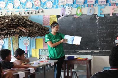 Freiwillige beim Unterrichten auf Samoa