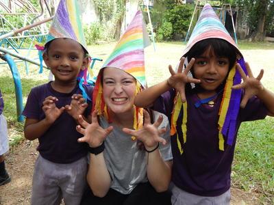 Eine Freiwillige aus Australien im Sozialarbeits - Projekt mit ihren Schützlingen