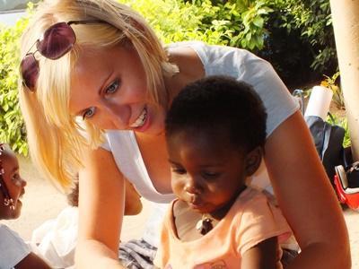 Eine Freiwillige liest einem Kindergartenkind vor