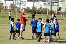 Unser deutscher Freiwilliger Tim erklärt seinen Volleyball - Schülerinnen die Spielregeln während seines Sport - Praktikums in Bolivien.