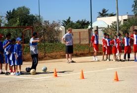 Trainiere deine Sportschüler im Sport - Praktikum in Marokko in verschiedene Technikübungen wie dem Dribbling.