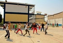 Auf dem Schulhof einer unserer Partnerschulen in Mexiko trainiert unser Freiwilliger zusammen mit der Sportlehrerin eine Klasse im Sport.