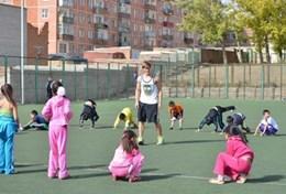 In einer Schule wirst du als Freiwillige/r im Sport - Praktikum Schüler/innen in verschiedenen Altersgruppen trainieren.