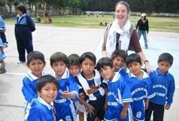 Eine Freiwillige zusammen mit einer Sportklasse in Peru, wo sie ihr Sport - Praktikum als Freiwilligendienst absolviert.