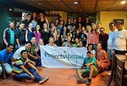 Ein Gruppenbild unserer Freiwilligen und Sport - Schüler/innen während eines Projekttages in einer staatlichen Schule auf den Philippinen.