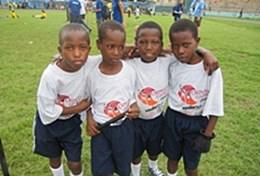 Schülerinnen einer Sekundarschule in Tansania spielen Völkerball und werden dabei von einer Freiwilligen im Sport - Praktikum angeleitet.