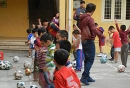 Im Sport - Projekt in Vietnam benötigen wir aufgrund der großen Klassen Hilfe von Freiwilligen, die uns beim Training der Schüler/innen unterstützen.