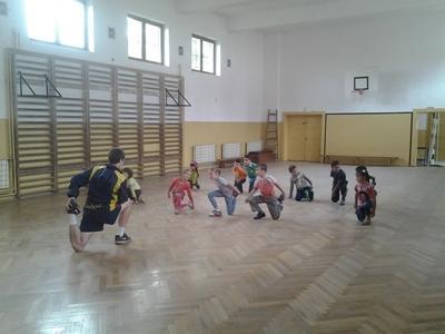 Ein Freiwilliger hilft Kindern in Rumänien beim Aufwärmen