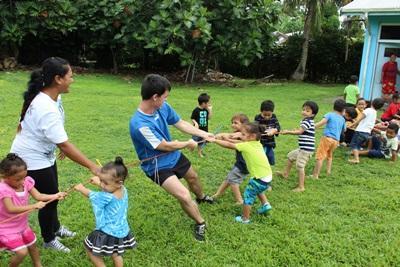 Freiilliger spielt mit Kindern auf Samoa