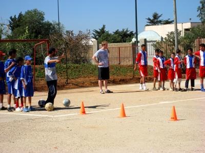 Ein Freiwilliger trainiert ein lokales Fußballteam in Marokko