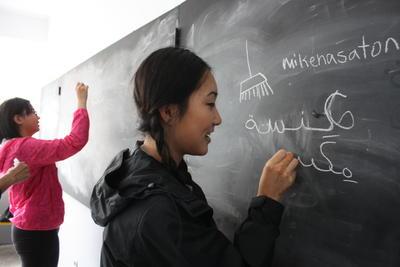 Freiwillige bei Schreibübungen im Intentsiv - Sprachkurs in Marokko