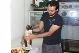 Eine Veterinärmedizin - Praktikantin assistiert dem leitenden Tierarzt in unserer Partnerklinik in Guadalajara.