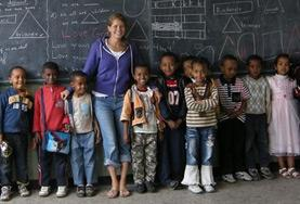Eine Freiwillige im Unterrichts - Projekt in Äthiopien auf einem Gruppenbild mit ihrer Schulklasse.